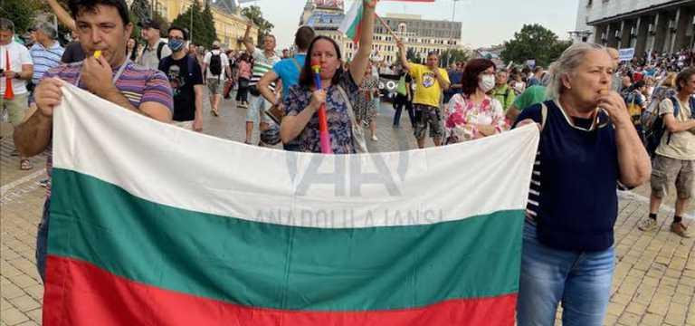 Protestocular Sofya'yı Trakya otobanı ile bağlayan anayolu trafiğe kapattılar.